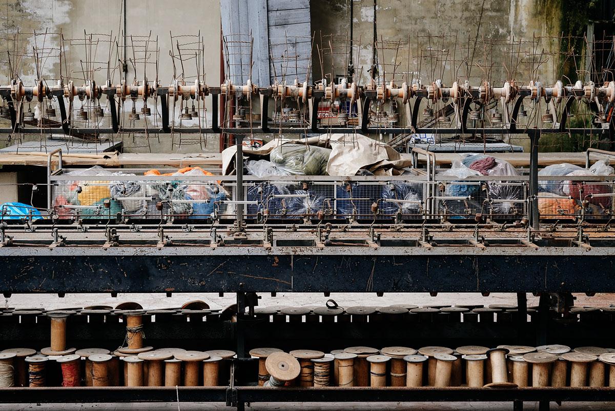 La fabbrica dei fili rossi